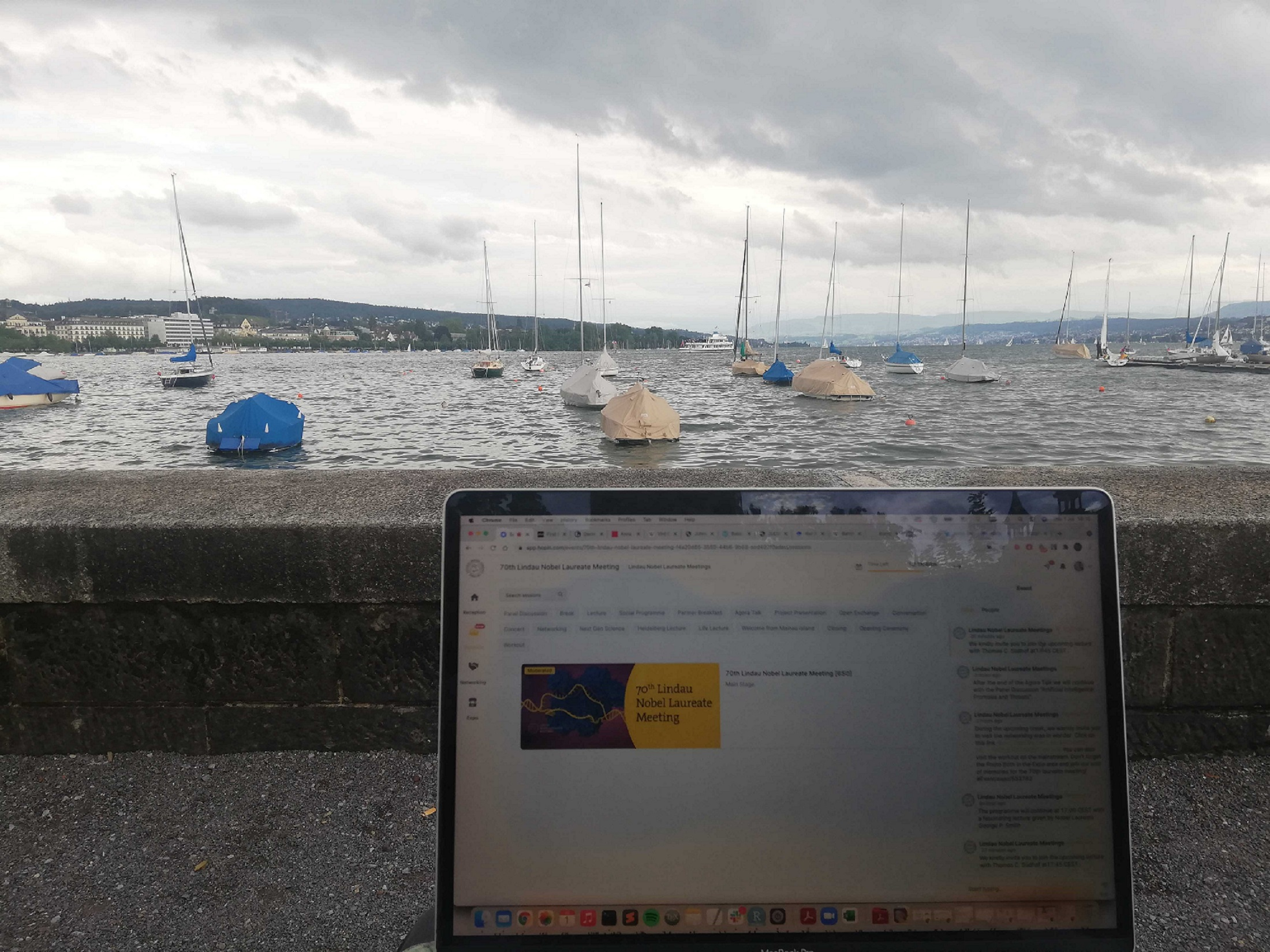 A laptop in front of the Zürichsee